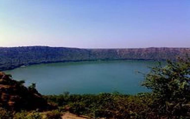 Justwravel_Lonar_1483859912_1Lonar-the_main_lake_crater.jpg